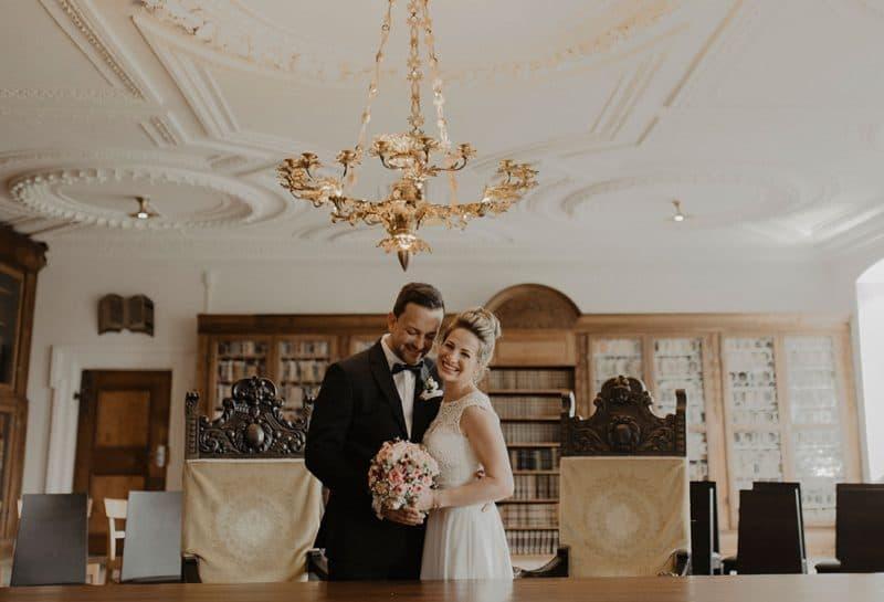 Gestyltes Brautpaar im Standesamt Kloster Holzen wartet auf Trauung