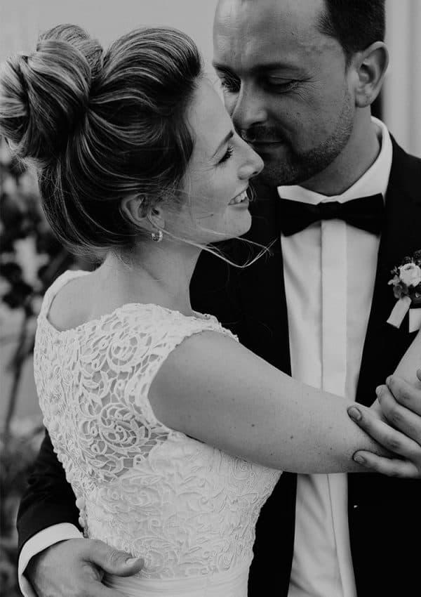 Glückliche Braut mit natürlichem Haarstyling blickt in die Ferne
