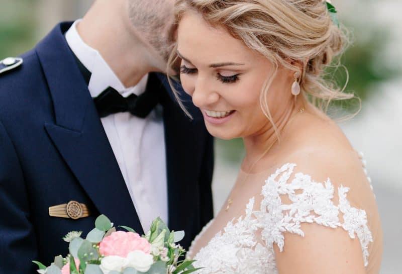 Strahlende Braut mit wunderschönem Hochzeitsmake-up