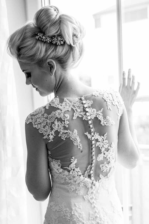 Extravagante Hochsteckfrisur für Hochzeit mit passendem Haarschmuck