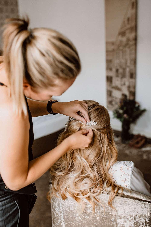 Braut Hairstyling im Hotelzimmer