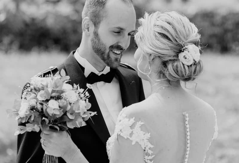 Glückliches Brautpaar betrachtet sich