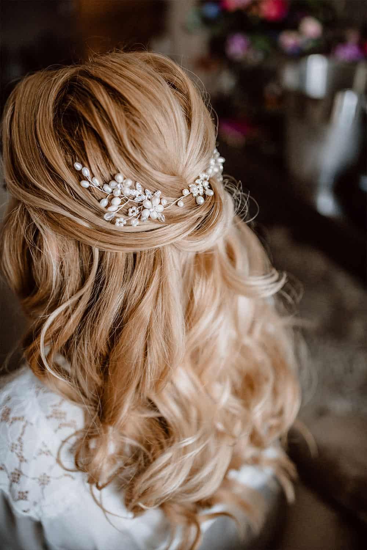 Brautfrisur mit halb offenen blonden Haaren und leichten Wellen