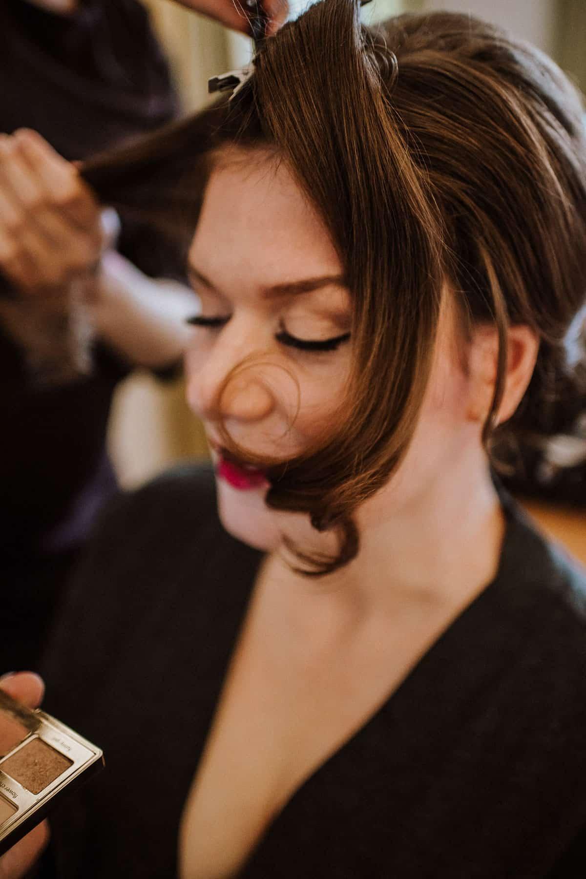 Braut werden Wellen in ihr haselnussbraunes Haar gemacht