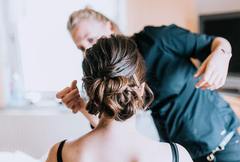 Mobiler Make-up Artist stylt Braut am Hochzeitstag