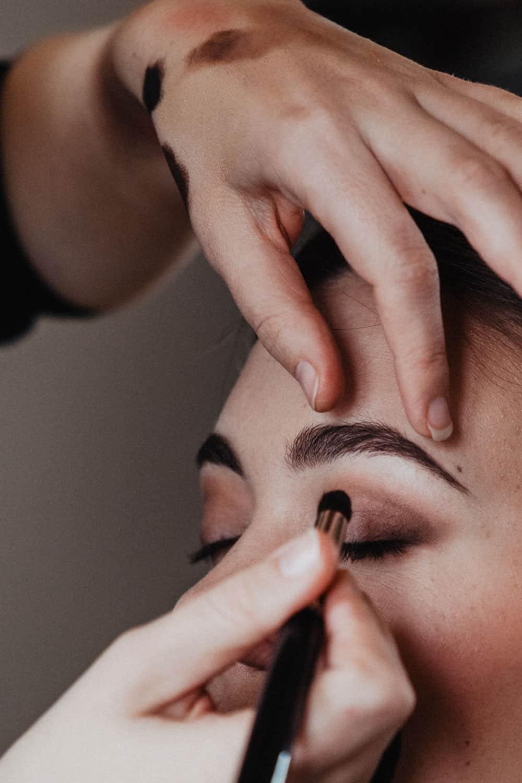 Eine Visagistin schminkt ein perfektes Augen-Make-up