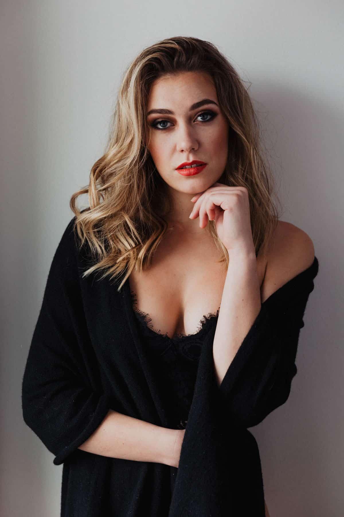 Selbstbewusste junge Frau mit intensivrotem Abend-Make-up