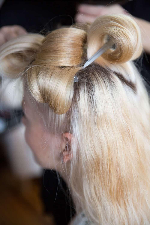 Haarvorbereitung für Hochsteckfrisur am Hochzeitstag