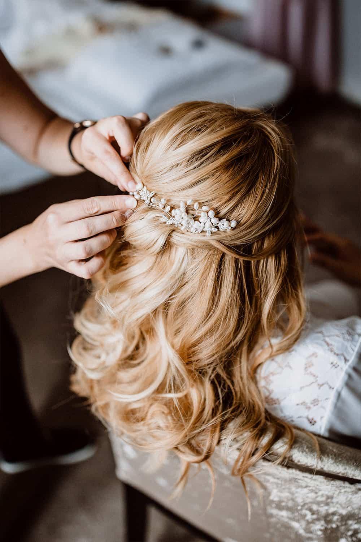 Haarschmuck wird in die Brautfrisur eingearbeitet