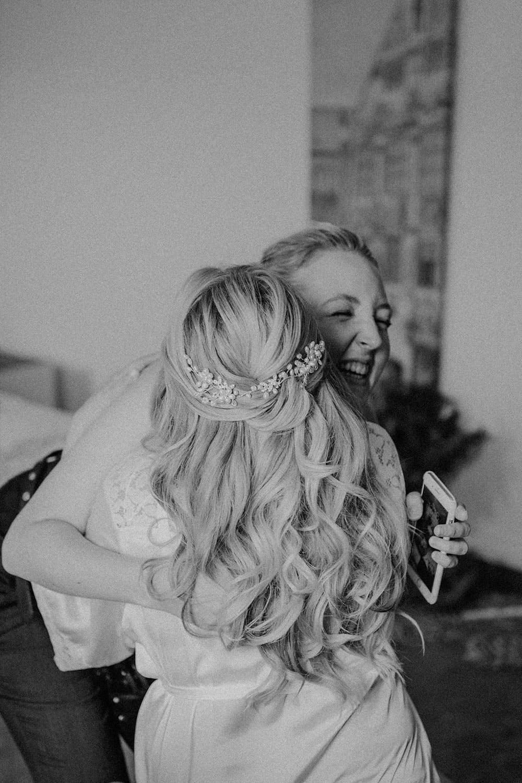 Braut drückt ihre Stylistin vor Freude über das Ergebnis