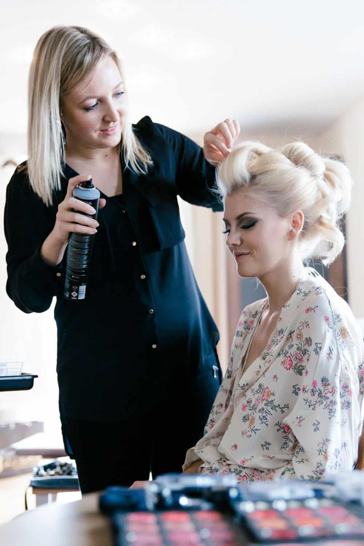Haarstylistin beim Braut Hairstyling während Getting Ready