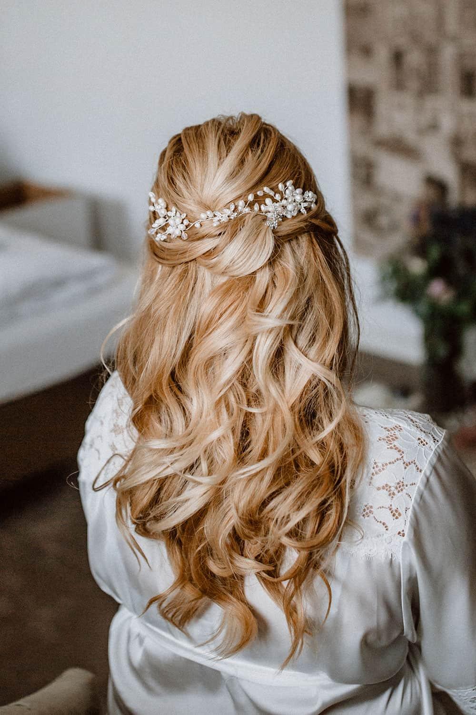 Blonde lange Haare mit leichten Wellen und halb gesteckt