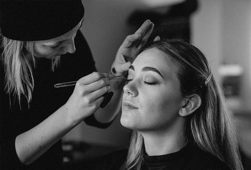 Visagistin schminkt Augen-Make-up