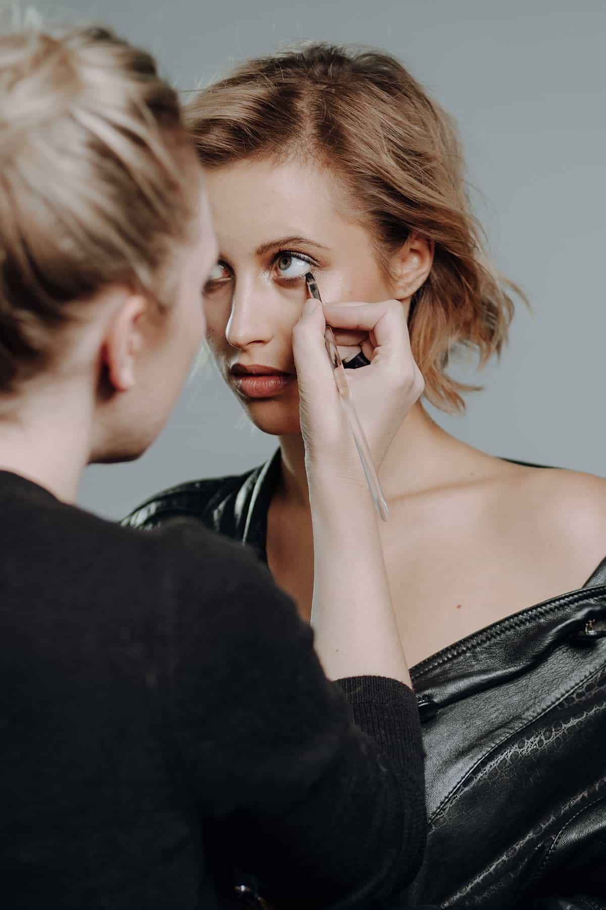 Model bekommt Umstyling während des Beauty Fotoshootings