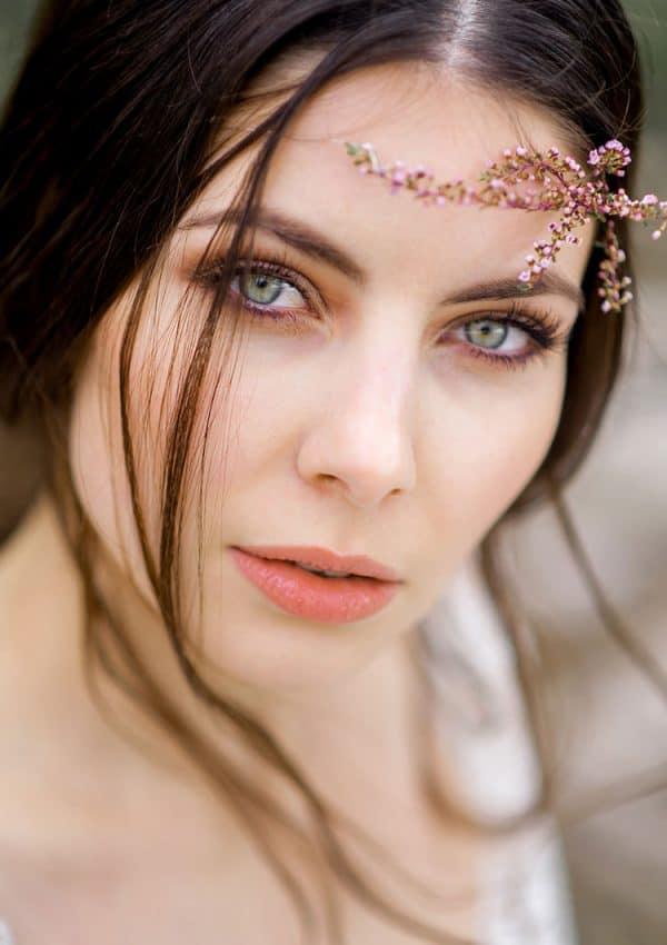 Braut mit grünen Augen und Erika im Haar