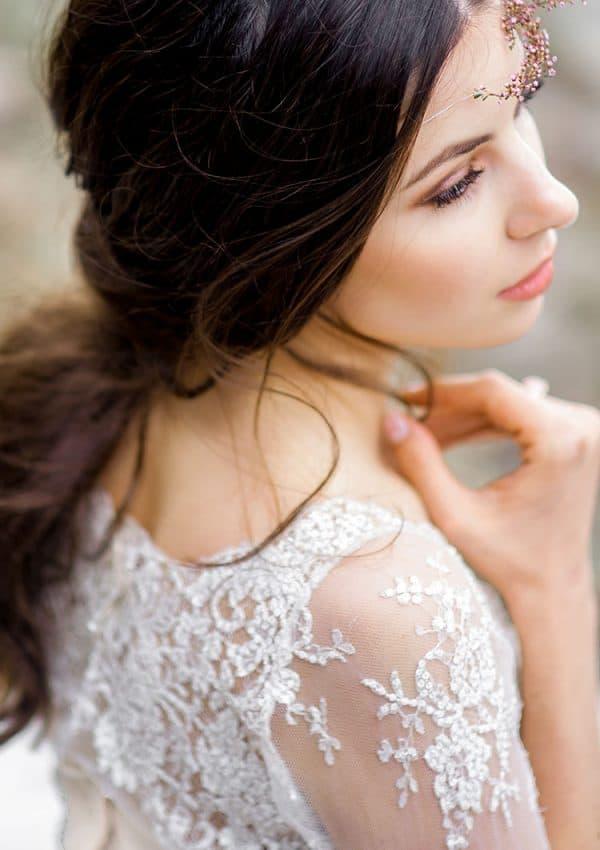 Braut blickt verträumt in die Ferne