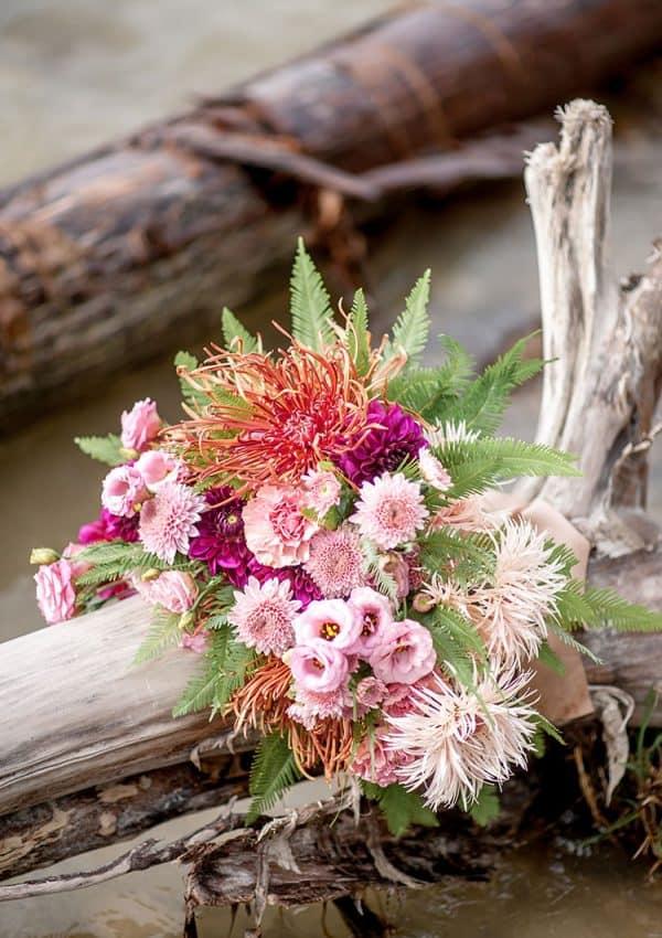 Brautstrauss in Rosétönen auf Treibholz