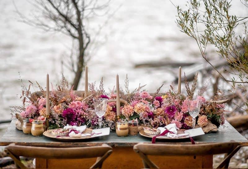 Ein schön geschmückter Brauttisch steht am Ufer des Ammersee