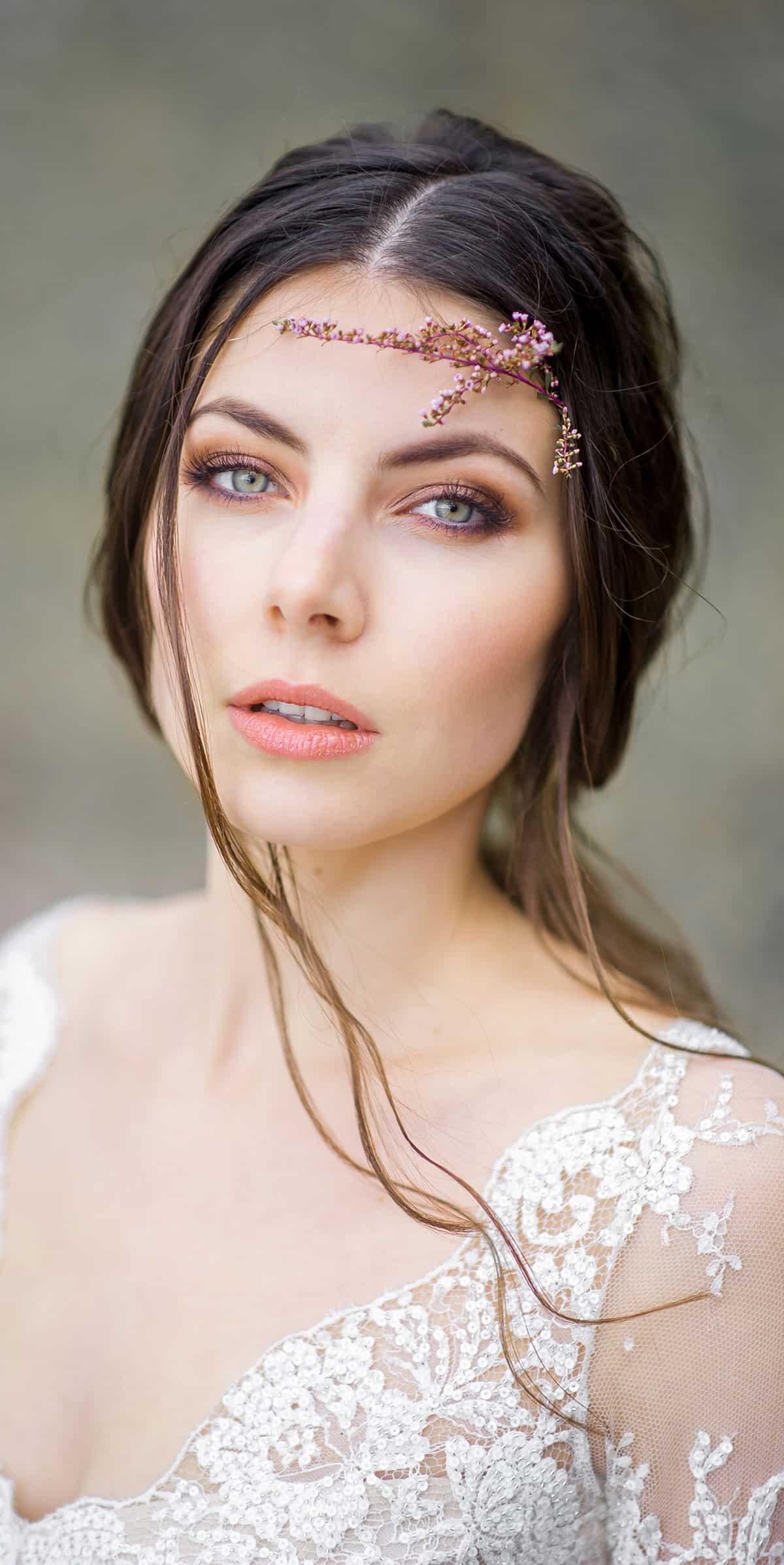 Braut mit grünem Augen und intensivem Blick sieht direkt in die Kamera